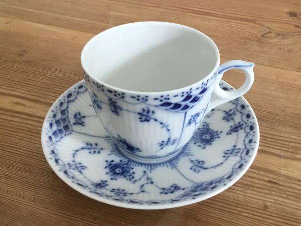 Halbspitze / Half Lace: Kaffeetasse mit Untertasse